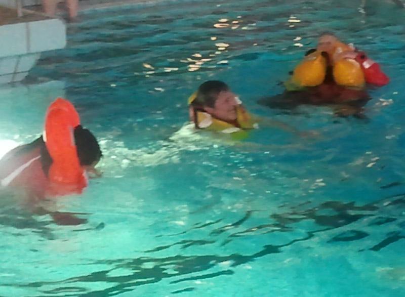 Schwimmen mit Rettungsweste