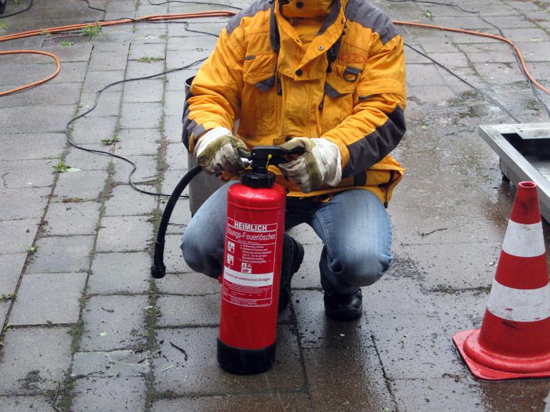 Der Feuerwehrmann erklärt den Schaumfeuerlöscher