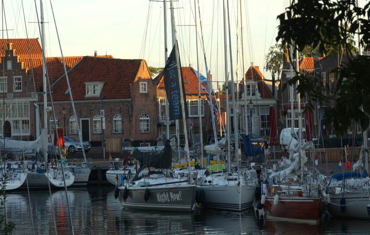Pott-Regatta 2016: Das Feld liegt im Oude Haven in Enkhuizen
